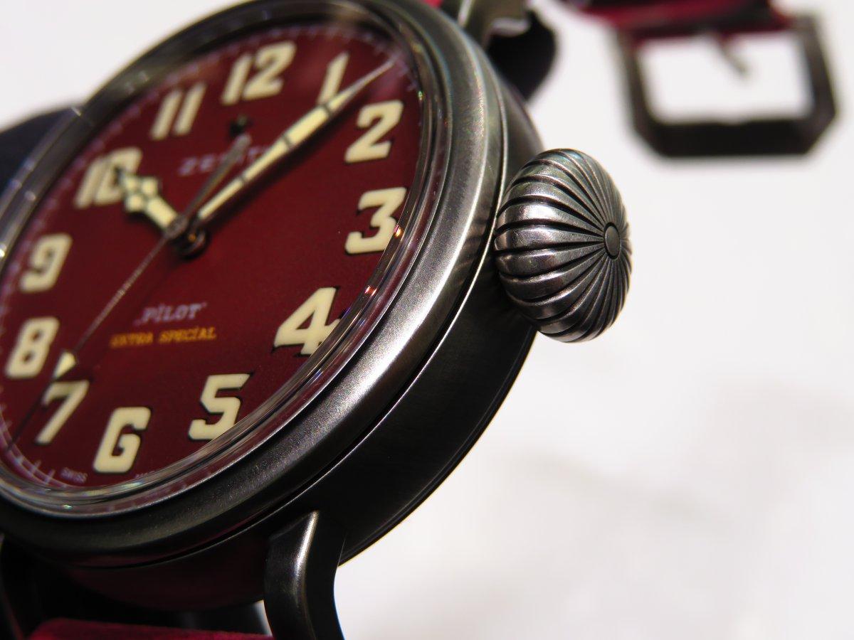 IMG_9874 バーガンディの綺麗なモデルは、小ぶりなサイズ感でさり気なく腕元に存在感を与えてくれます。 - PILOT