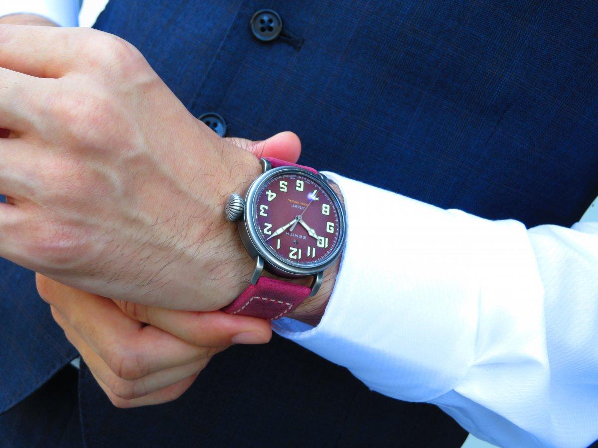 IMG_9878 バーガンディの綺麗なモデルは、小ぶりなサイズ感でさり気なく腕元に存在感を与えてくれます。 - PILOT